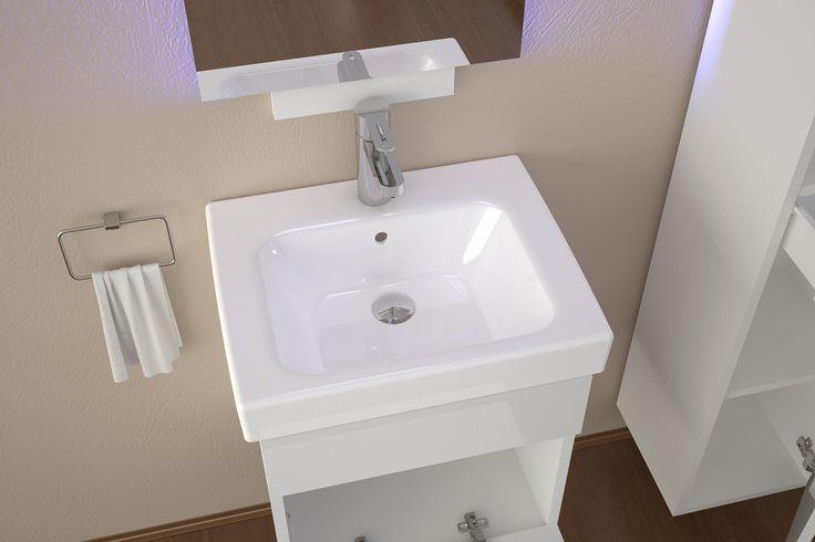 Warto zastanowić się na wykorzystaniem miejsca pod umywalką. Nawet wąskie meble łazienkowe jak BASIC 50cm od Furni pomieszczą detergenty czy dodatkowe ręczniki.