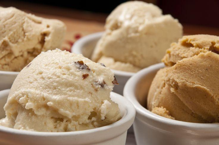 Ihr habt riesen Lust auf Eis, aber Eisdiele und Kiosk sind zu weit weg? Wir zeigen euch, wie ihr unfassbar leckeres Eis auch ohne Eismaschine und mit nur 2 Zutaten selber machen könnt...