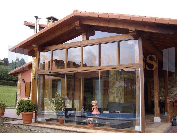 Terraza porche de madera acristalada con cortinas de for Porche jardin madera