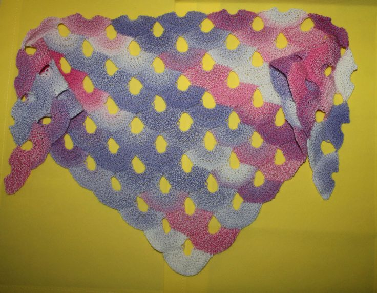 Dieses Tuch wird nur aus einzelnen Muscheln in Reihen gestrickt und diagonal von links nach rechts gearbeitet. Es kann beliebig groß gearbeitet werden. Die G...