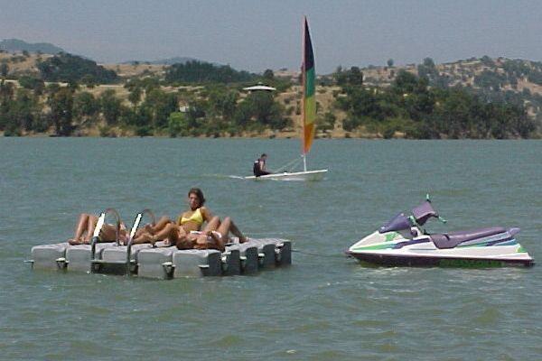 Tomar sol y descanzar en nuestras balsas flotantes que usted mismo puede construir...