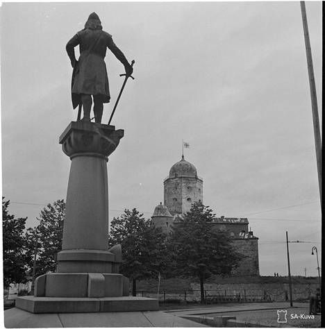 Viimeisiä kuvia, joissa Suomen lippu on yhä Viipurin linnan tornissa. Kuvauspäivämäärä on 18.6.1944.