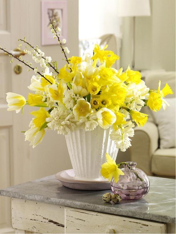 Narzissen: Ein gelbes Duft-Feuerwerk Gelb und Weiß lassen sich wunderbar zusammenstellen. Glauben Sie nicht? Wir treten den Beweis an. Der herrlich frische Blumenstrauß aus Narzissen, weißen Hyazinthen, Tulpen und Zweigen der Zierpflaume duftet durch den ganzen Raum. Redaktions-Tipp: die Blumen üppig binden, sodass ein richtig schwerer Strauß entsteht. Zur Narzissen-Deko