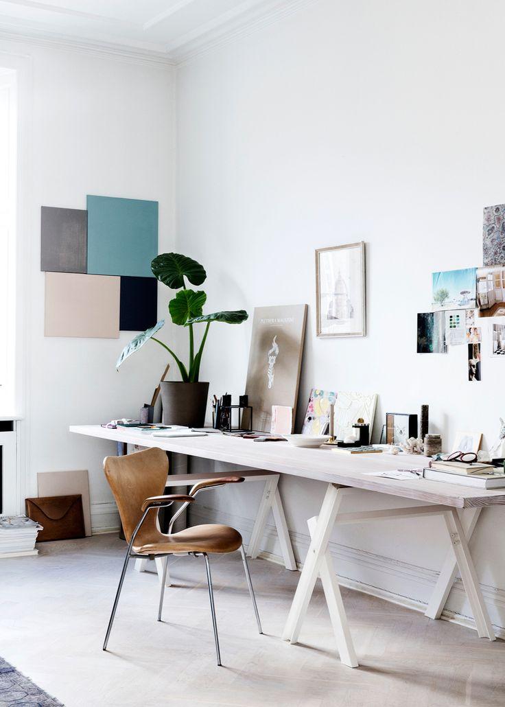 квартира в копенгагене, жилье дазайнера, скандинавский интерьер, белая квартира, деревянная мебель, винтажная мебель из дерева, рабочее место дизайнера, рабочий уголок