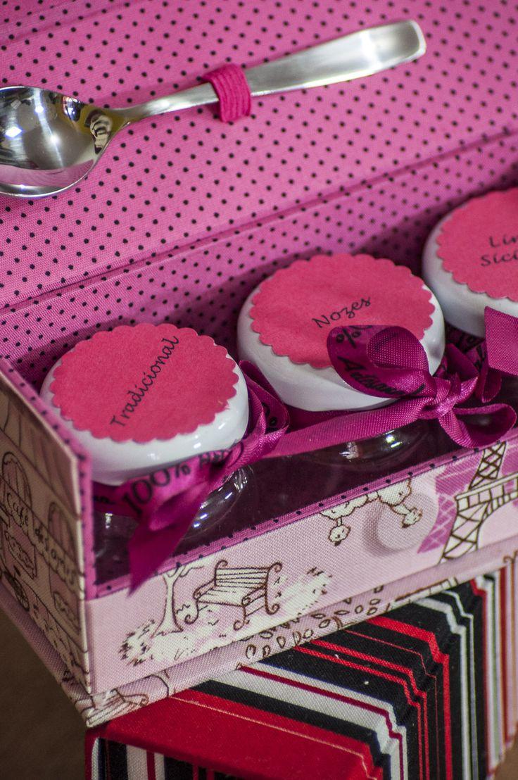 Claudia Wada inova ao criar uma caixinha de cartonagem para guardar potinhos de brigadeiro. Lembrancinha pra lá de bacana
