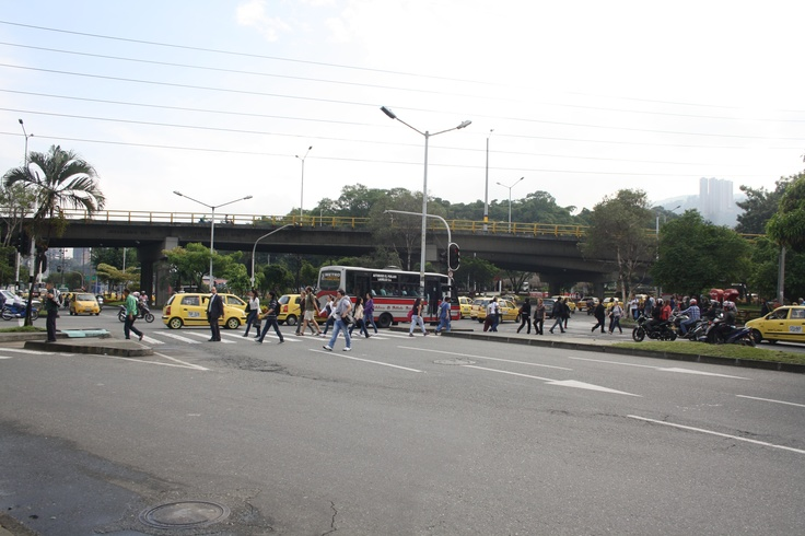 Día sin carro - Medellín. Avenida de las Vegas con la Calle 10. Hora. 7:40 am. Una gran cantidad de gente camina hacia sus lugares de trabajo.
