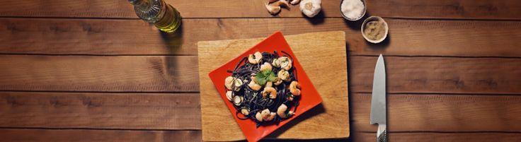 Linguine com tinta de choco Milaneza com camarão e amêijoas