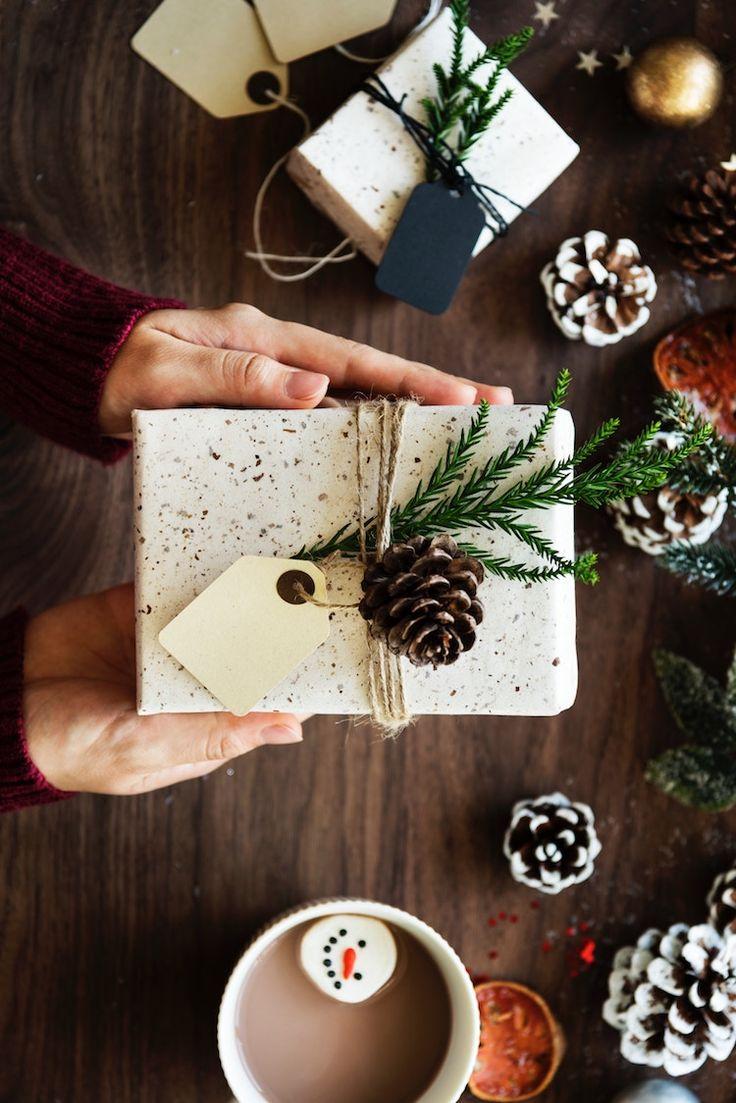 joli paquet cadeau inspiration deco nature pour Noël emballage naturel pomme de pin et branche de sapin