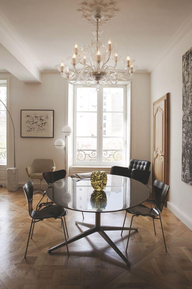 Dans la salle à manger, le propriétaire a chiné tout le mobilier. Plus de photos sur Côté Maison http://bit.ly/1NuZMfX