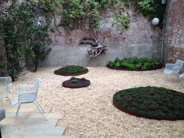 Moss balls in a brooklyn townhouse backyard via gardenista for Small townhouse gardens