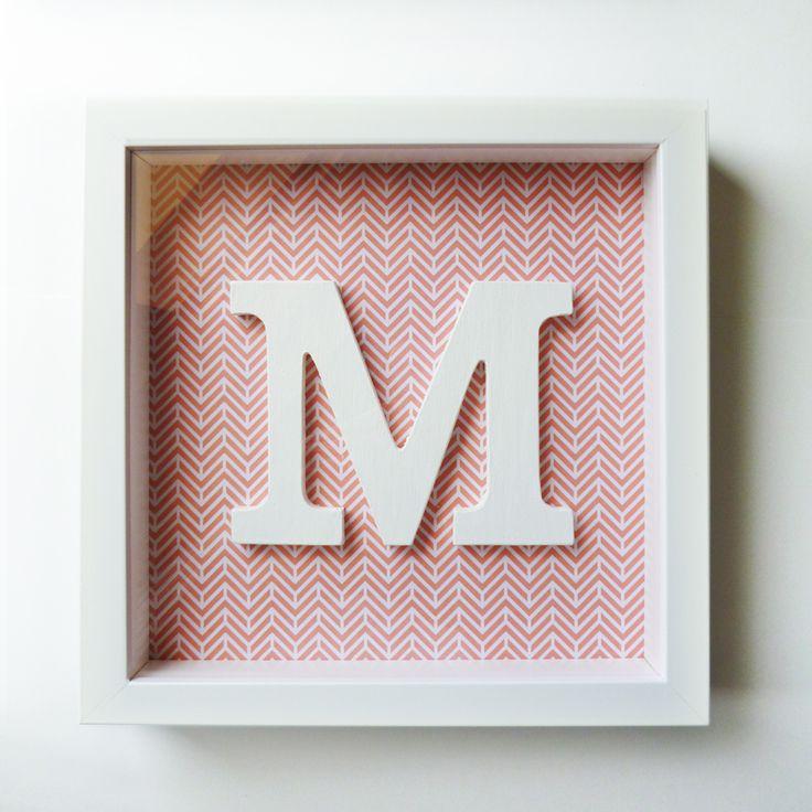 Quadro M branco com fundo geométrico branco e salmão 25,5 cms x 25,5 cms