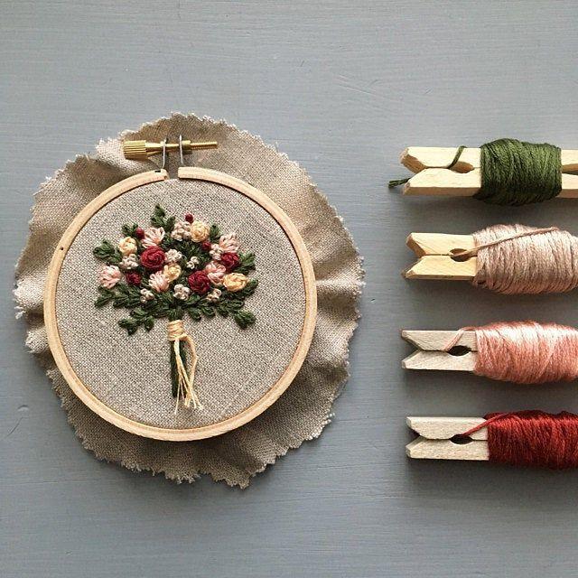 Rosa Blumenstrauß Handstickerei KIT von und andere Abenteuer – moderne Stickmuster, die Bloom-Kollektion, rosa Blüten