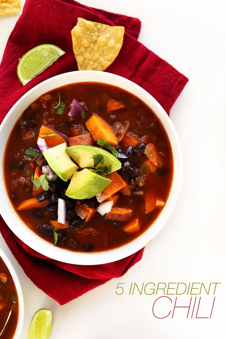 HEALTHY 5-ingredient Black Bean Sweet Potato Chili! Perfect for chilly nights #vegan #glutenfree