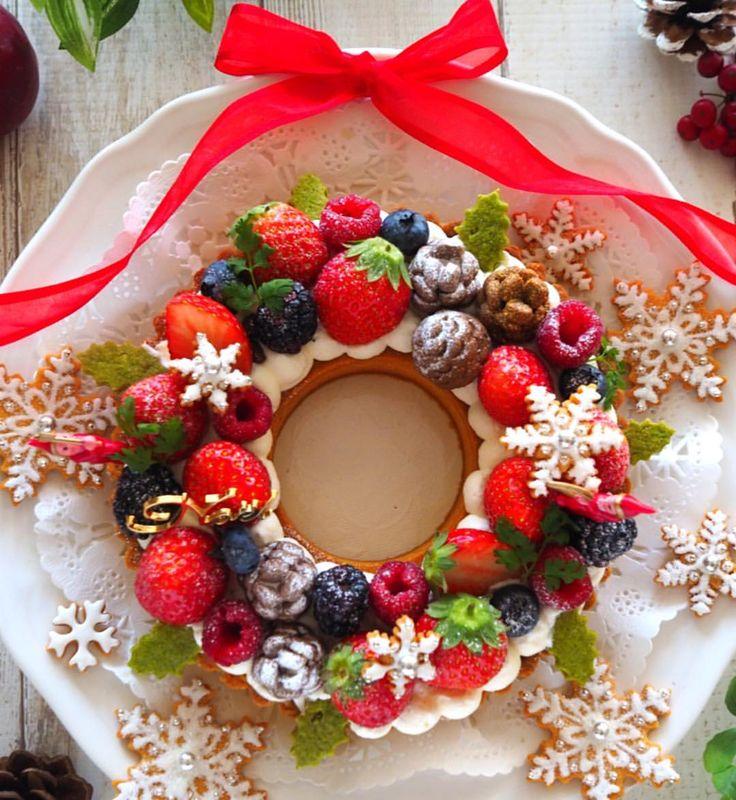 我が家は予定がバタバタな中、今日の昼に家族でクリスマスパーティーをしました😊 クリスマスパーティー本番は、やっぱりクリスマスらしくリースタルトにしました😊 . 前回うまく出来なかった @melody_wiiish さんのレシピの松ぼっくりクッキーも今回は可愛く出来たんですよー😆 それなのにこのデコじゃ前回より松ぼっくりが目立たない💦💦 . 今回はクリーム少なめでシャビーシックなデコを予定していたのですが、途中で私の妄想とだいぶ違う感じになっちゃったので、結局全体にクリームを絞りあまりいつもと変わり映えしない仕上がりとなりました😅 . 今日は色々予定もあったので、早めの昼ご飯の時間にパーティーしたくて昨日のうちにケーキを仕上げる予定だったのですが、昨晩主人が千葉県で飲み会があり酔い潰れてしまった部下をタクシーで送っていくので帰れないかもなんて電話してくるので、思わず迎えに行ってあげちゃいまして😅ついでに部下さん二人を送ってあげたら帰宅したのは夜中でした💦💦横浜⇄千葉はなかなか遠いのです。 そして寝不足のせいか腰痛復活😫…