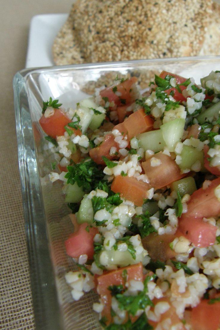 Aprende a preparar tabule o tabouleh, una ensalada fresca de trigo, tomate, pepino, perejil, tomate y limón. Perfecta para los días que no quieres cocinar.