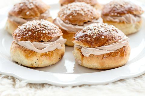 Tänä vuonna laskiaispullat leipoi Pikkukokki Janica.  Laskiaispullat ovat ihania.  Tänä talvena ei Helsingissä päästy pulkkamäkeen yhtään kertaa, mutta pullat maistuvat hyvältä muutenkin: Pikkukokin suklaiset laskiaispullat
