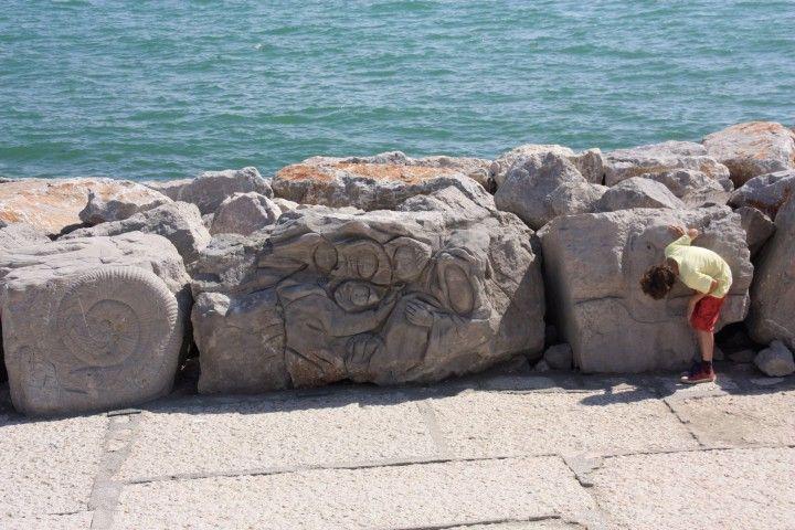 Verzierte Steinbrocken an der Uferpromenade von #Caorle