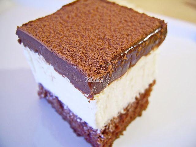 Mod de preparare Tort cu ciocolata si mascarpone: Albusurile se bat spuma tare cu un praf de sare. Se adauga zaharul si se bat in continuare pana devin