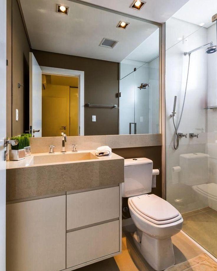 Um pequeno banheiro mas cheio de charme e muito estilo. As Paredes fora da área do chuveiro foram revestidas com laminado na cor fendi. A Cuba em mármore esculpida é uma super tendência.