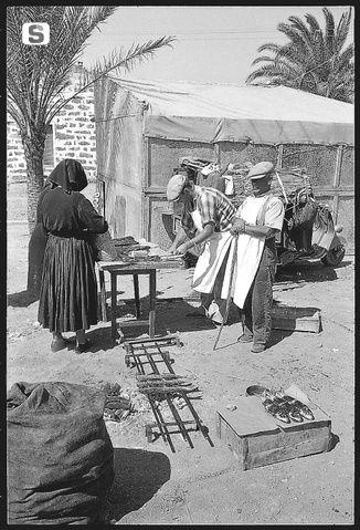 Sardegna DigitalLibrary - Immagini - La festa, venditori di pesci arrosto 1955 Nuoro