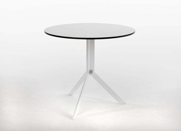 Stół Bistro, łatwo można go rozkładać oraz składać, dzięki czemu jest niezwykle mobilny. Materiał HPL z którego został zrobiony Stolik jest odporny na wysokie oraz niskie temperatury oraz wilgoć.
