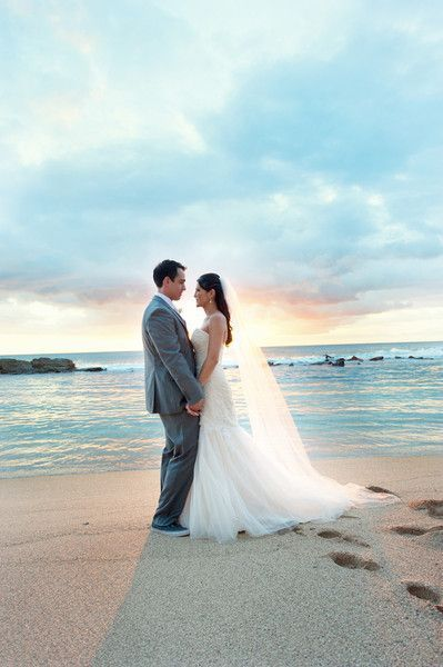 美しい夕焼けを背景にパチリ☆透け感たっぷりのドレスが美しさを増します♪ハワイアンウェディングの花嫁一覧総まとめ♡