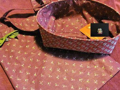 bagatella viola e fucsia: filini dargento a distesa sul portatutto, e una stoffina viola con fiorellini gentili per la fodera e la shopperina