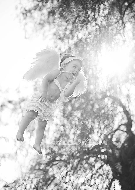 Os anjos sentam bem no ombro esquerdo  das pessoas pra indicar a direção.  E sopram gracejos ao ouvido  que é pra gente nunca desaprender o riso Cris carvalho