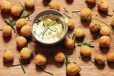 Fresche, delicate e golose, le polpette di tonno e patate possono essere uno sfizioso antipasto o un gustoso secondo.
