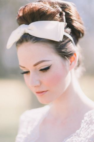 Retro 1960s bridal hair and makeup | see more on: http://burnettsboards.com/2014/03/retro-pink-gold-wedding/
