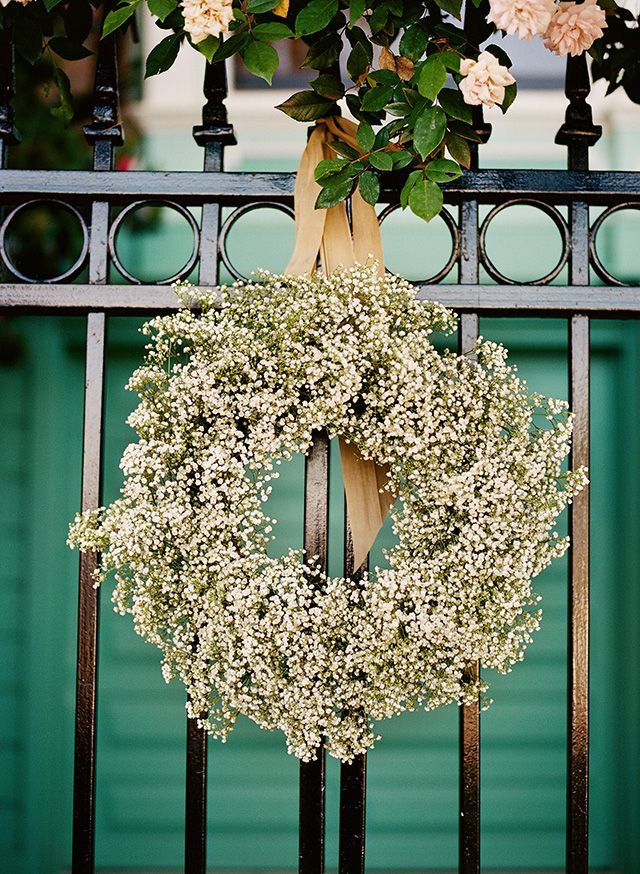 Add some beauty to your wedding day with this easy step by step tutorial on how to make a baby's breath wreath! Thanks to Loop Flowers & Christina McNeill.