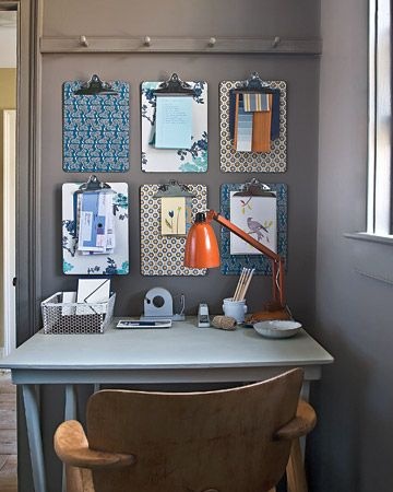 petit bureau, graphisme apporté par les feuilles accrochées au mur par des presses papier