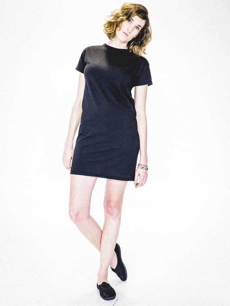 Robe tee-shirt noire femme. Robe simple et minimaliste. Écoresponsable et faite au Québec. www.vymoo.com