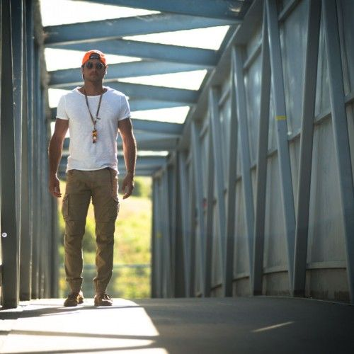 Riccardo Pozzoli, our #TheRoadTripMan, was at Jerez to attend the MotoGP. For the occasion he wore a white T-shirt in iridescent jersey and a pair of stretch gabardine cargo trousers.
