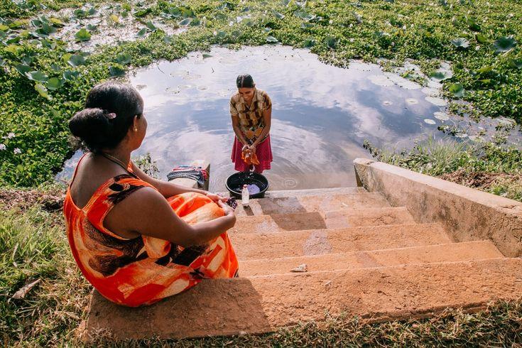 Día Mundial de los Humedales 2016: Sri Lanka. Los humedales se encuentran entre los ambientes más productivos del mundo, proporcionando una gama de beneficios subestimados para el sustento y el bienestar de las personas. Malika Wijethunga, de 65 años, se detiene junto al lago para lavarse los pies después de terminar sus tareas matutinas alrededor de la casa. Su casa se encuentra justo frente al lago Anawilundawa. Malika explica que muchas personas vienen a este lugar en el lago para…