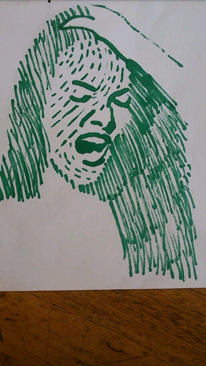 Hier heb ik met permanent marker de voorkant getekend, ik heb korte strepen neer gezet om het schreeuwende meisje haar emotie te versterken. Het haar heb ik rommelig gedaan om te kijken welk effect het gaf. Zelf vind ik het een warrig effect geven, dit past bij de persoon want die weer het zelf ook niet meer.