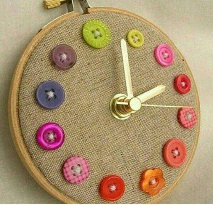 El yapımı düğmeli duvar saati