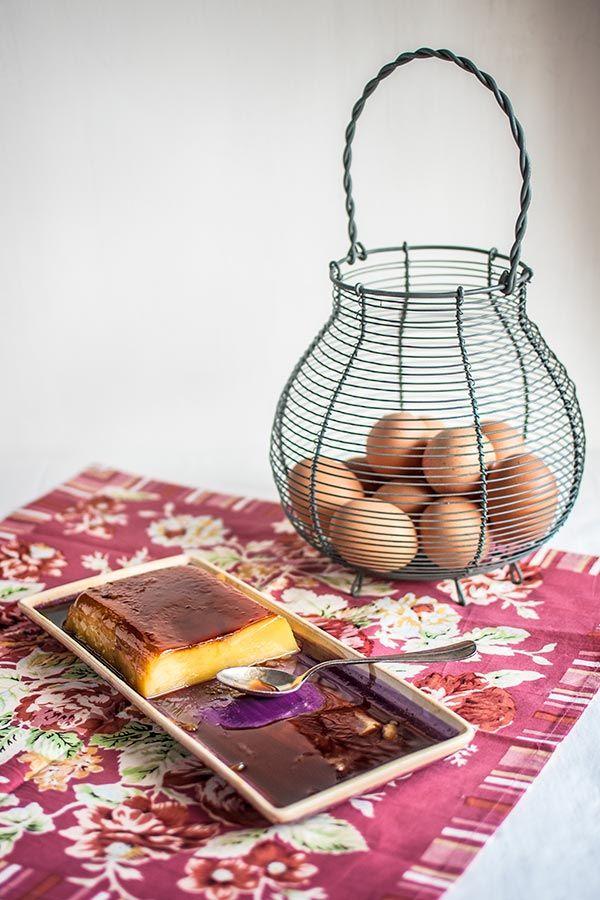 El tocino de cielo es un clásico y delicioso postre que procede de los conventos andaluces, de fecha tan antigua como el siglo XII. Antiguamente (y en algunas bodegas persiste el sistema) se usaban claras de huevo para clarificar los vinos; se añadían al vino las claras batidas, que recogían las impurezas, y luego el caldo se filtraba. De esta manera los bodegueros se encontraban con un excedente de yemas que regalaban a los conventos. Qué genias las monjas andaluzas. A pesar de su origen…