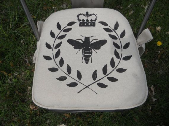 """Bee with Laurel"" Chair Pad by www.GreenMountainBoHo.comPads Muslin, Pads Bees, Cotton Bees, Custom Chairs, Chairs Cushions, Bees Crowns, Muslin Bees, French Scripts, Chairs Pads"