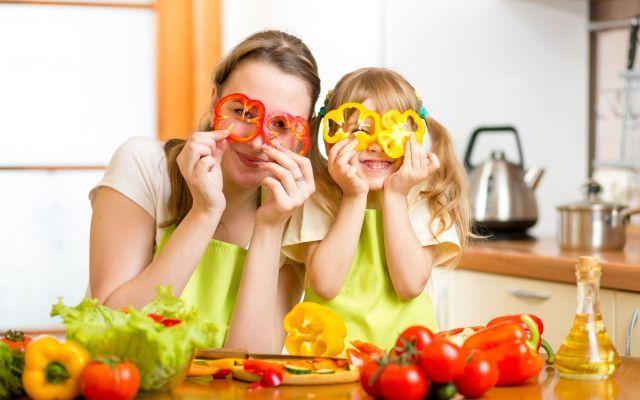 15 Consigli Per Un'Educazione Alimentare Corretta Nei Bambini Recenti studi hanno evidenziato un aumento del numero di bambini in sovrappeso o con genitori obesi