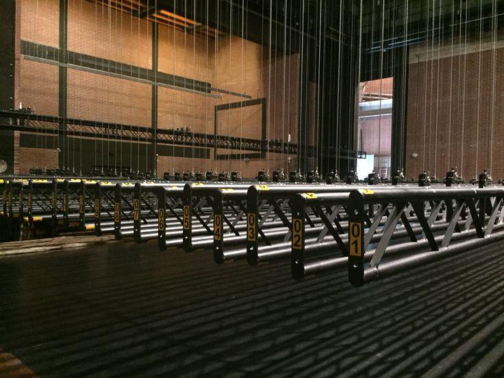 Zo ziet men theater niet vaak: Trekkenwand omlaag en leeg voor veiligheidscheck en onderhoud.