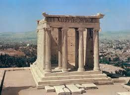 Tempietto di Atena Nike, Kallikrates, 449-420, marmo. Dedicato alla vittoria sui Persiani, questo tempio contiene al suo interno una cella - o naos - in cui era presente una statua delle dea Nike, priva di ali affinché non potesse volare via. Il tempio è un anfiprostilo ionico tetrastilo.