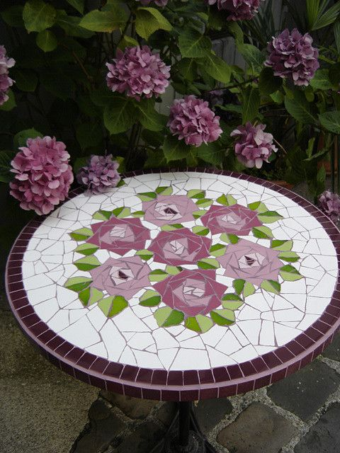 mesa en mosaiquismo con rosas                                                                                                                                                                                 Más