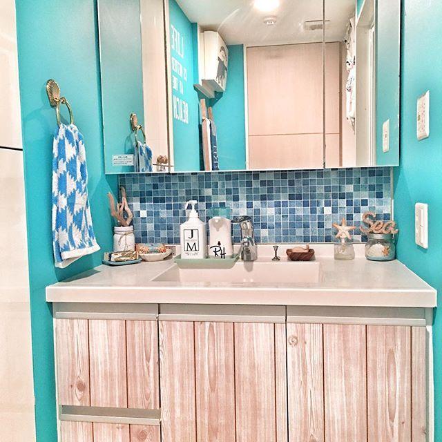 連投すみません 洗面所の正面はこんな感じ✨ ・ タオルリングも✨ 真鍮のシェルの形で可愛くてお気に入り♡ 元から付いていたタオル掛けはシルバーのシンプルなもので、ターコイズの壁にしたら合わなかったので変えちゃいました ・ ・ 次は洗濯機上の棚をDIYしてきます⚒ ・ #surf #beach #beachstyle #西海岸インテリア #ronherman #ロンハーマン #rhcafe #rhc #rh #wtw #bayflow  #california #sea #サーファーズハウス #海を感じる雑貨 #beachhouse #ビーチハウス#カリフォルニアインテリア#カリフォルニアスタイル#diy#ターコイズブルー#壁紙屋本舗#iemo#いえれぽ#シェル#タオルハンガー