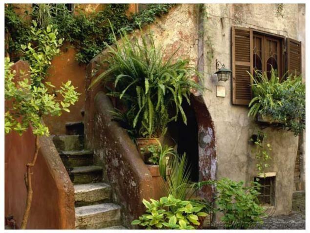 Вы имеете небольшой участок (приблизительно 5 соток)? Вы желаете спрятаться от пристальных взоров соседей? Лучшее решение этой проблемы – создать итальянский дворик. Это небольшой по своим размерам сад, который окружен со всех сторон изгородью, постриженной живой оградой, стеной или строениями. Итальянский дворик — это стильное, уютное и красивое решение для Вашей дачи.