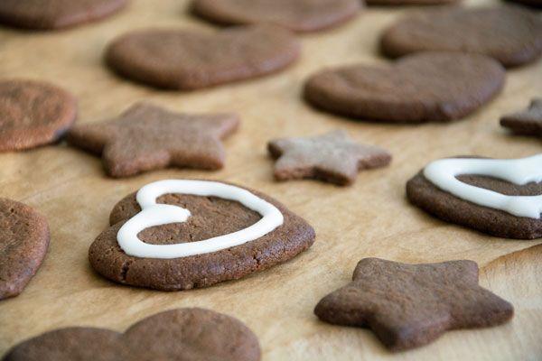 Lækre julesmåkager, som dufter og smager af jul - de er nemme at bage og hyggelige at stikke ud og pynte med glasur