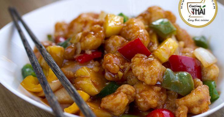Fabulosa receta para Pollo Agridulce (estilo chino). ◉ Vídeos receta: https://youtu.be/5Vwhx7rPf-s Hoy una de esas recetas que sólo con oír su nombre nos transporta al lejano oriente, Pollo agridulce, un plato muy rico y conocido de la cocina asiática. Ver la receta completa: http://www.cocinothai.com/pollo-agridulce