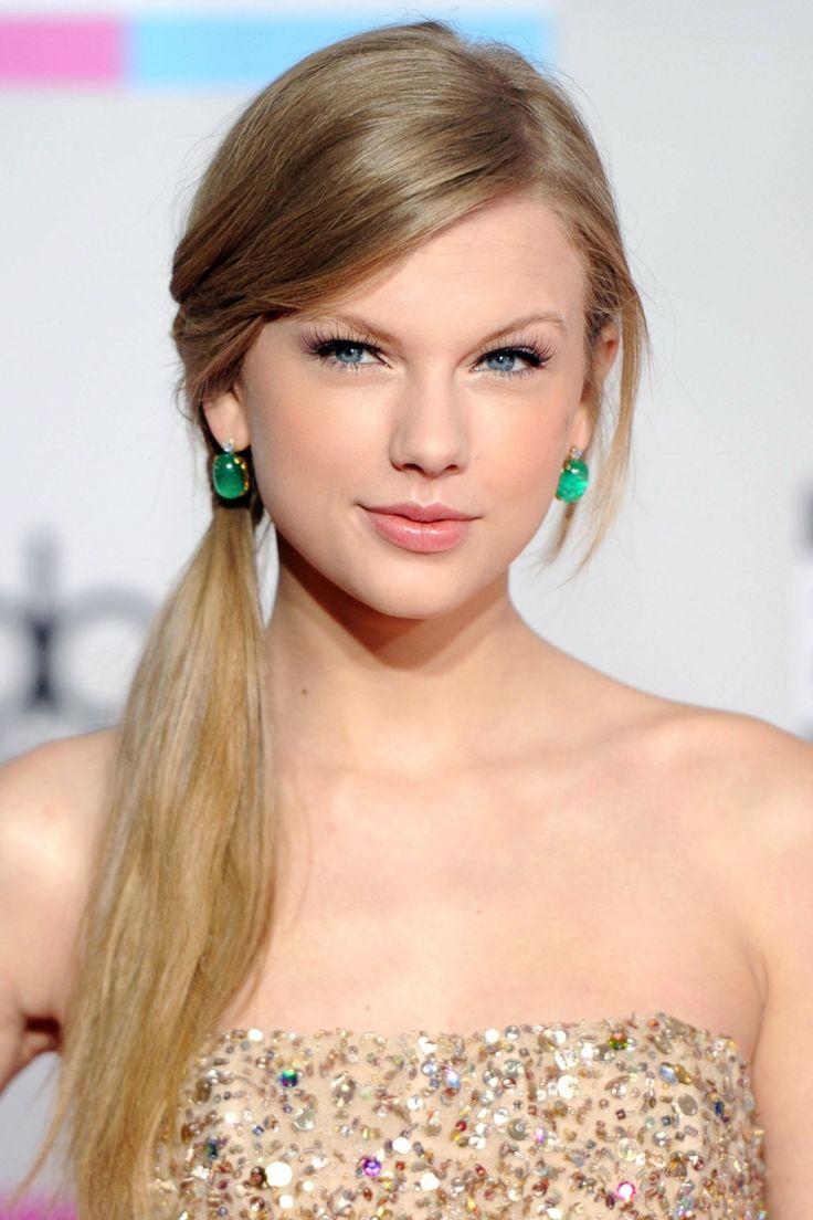 un'idea per acconciature capelli lunghi raccolti con una coda a lato, orecchini con pietra verde