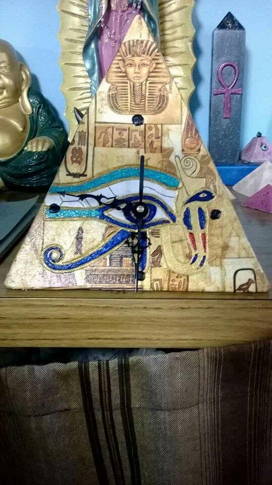 Reloj Pirámide con ojo de Horus tallado