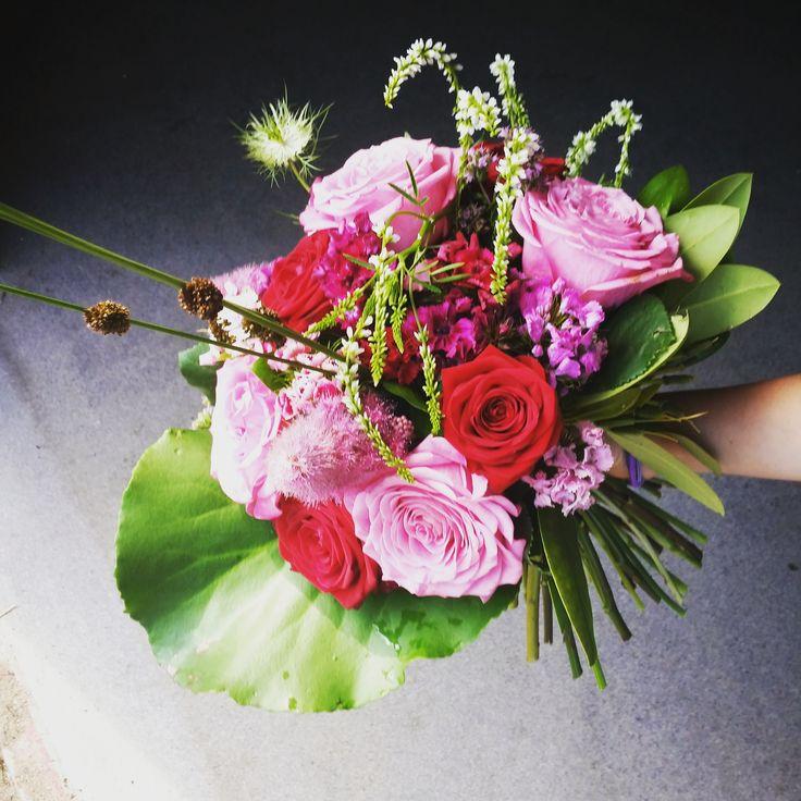 Rosenbukett i rosa och rött #brudbukett #rosor #weddingbouquet #roses #vendelsö #tyresö #stockholm #bröllopsblommor #weddingflowers #systerblom